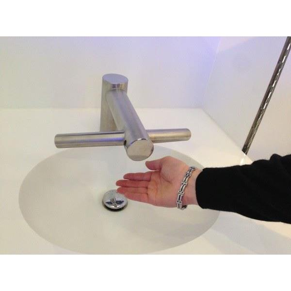 dyson s che mains robinet tap ab10 sur lev. Black Bedroom Furniture Sets. Home Design Ideas